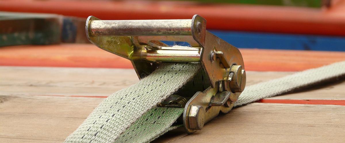 Hoe werkt een spanband met ratel?